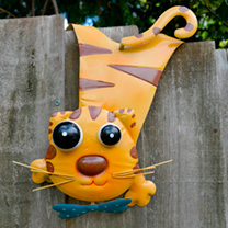 Quirky metal garden feature with wobbly head simply hook over a fence panel. Length approximately 38cm.