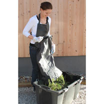 The extra-large front pocket on this apron leaves your hands free to gather waste without having to carry a container. For easy access, the pocket is